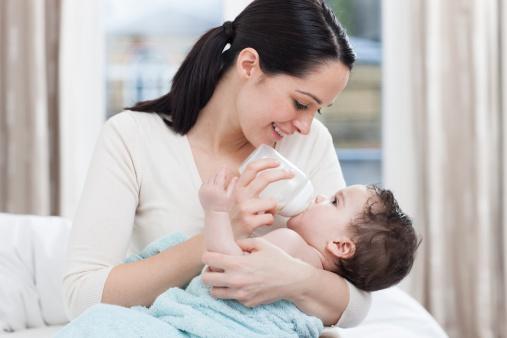 Chia sẻ cách chăm sóc và xử lý khi trẻ bị sặc sữa